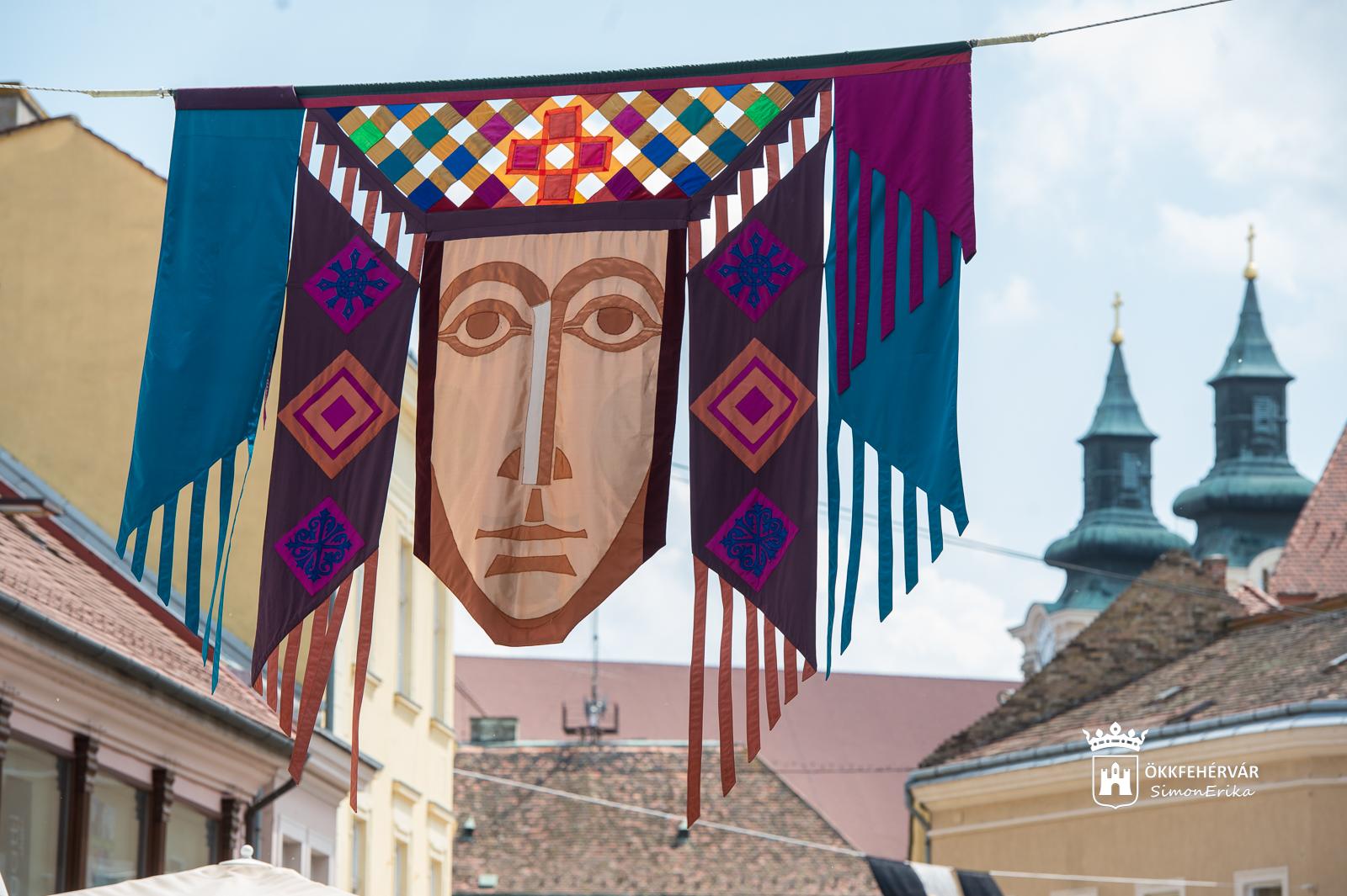 Zászlófesztivál – utcai művészzászló-kiállítás @ Belváros
