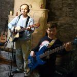 Zenész családok is rejtőznek az ablakokban